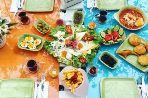 Büyükada Bistro Candy Garden Restaurant'ın Huzur Dolu Bahçesinde Sınırsız Çay ve Sosis&PatatesΠsi Sıcak Tabağı İle Kişi Başı Serpme Kahvaltı Keyfi