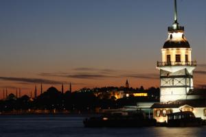 Kız Kulesi'nin Tadına Doyulmaz Manzarası ve Eşsiz Boğaz Havası Eşliğinde Tekne Ulaşımı Dahil Kaçırılmayacak Wrap veya Tatlı Menüsü