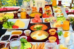 Göksu Locca Cafe'den Zengin İçerikli Nehir Kenarında Serpme Kahvaltı Keyfi