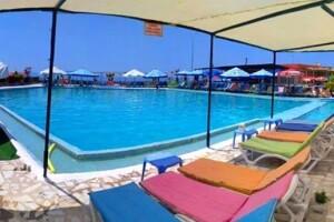 Kuşadası Rainbow Beach Club'ta Serpme Kahvaltı, Havuz ve Plaj Girişi