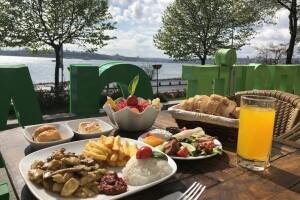 Salacak Sahil Yeşilçam Cafe'de Deniz Manzarasına Nazır Enfes Lezzetlerle Dolu İftar Yemeği