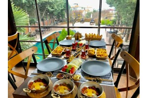 Beylikdüzü The Shaula'nın Modern Ambiyansında Zengin Kişi Başı Serpme Kahvaltı Menüsü
