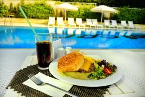 Bof Hotel Ataşehir'de Açık Havuz Kullanımı + Hamburger Menü