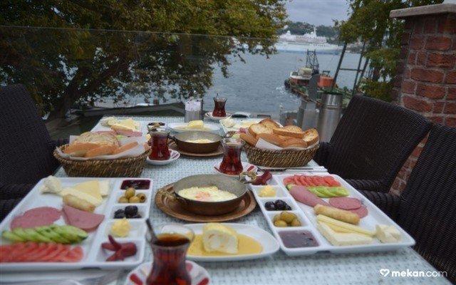 Emirgan Sheesha Cafe'den Sınırsız Çay Eşliğinde 15 Çeşit Lezzetten Oluşan Zengin Kahvaltı Tabağı Menüsü