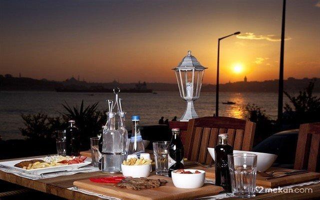 Üsküdar Cafe 5. Cadde'de Ramazan Boyunca Denize Nazır Kişi Başı İftar Menüsü