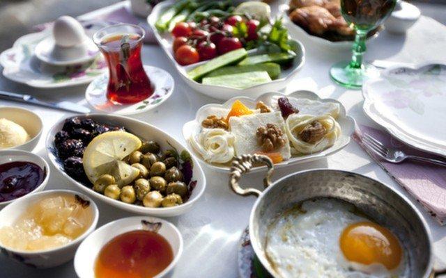 Ankara Bursa Evi İskender Restaurant'ın Samimi Atmosferinde Leziz Serpme Kahvaltı Menüsü